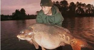 Martin Locke com seu troféu de 42,63 quilos.